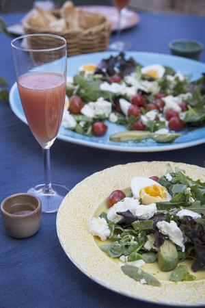Lätta middagar ute på balkongen medan solen går ner. Här serveras en sallad med ägg, mozzarella, avokado, cocktailtomater och kapris. I lilla koppen bredvid står