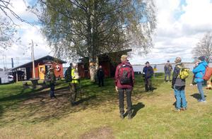 Heidur Gisladottir informerar vandrarna vid starten från Marma Flottarkoja om sträckningen på 13 km till Älvkarleby längs Dalälven. Foto: Lars Gustafson