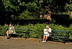 Tiden har kommit när tankarna kan få ta tid. Pensionärer sitter på varsin parkbänk i en park på Söder. Bild: Hasse Holmberg