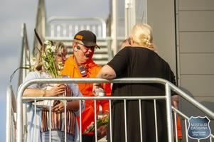I samband med invigningstalet av Ingrid Nilsson delades även blommor ut till Nostalgidagarnas och BUS1's trogna speakerduo Stefan Nyblad och Kenneth Nilsson. Foto: Erika Näsberg, Aliva Photography
