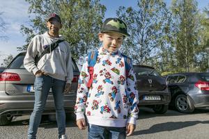 Maximilian Granqvist Lihuvudh på väg in till Fjällängsskolan för att börja förskoleklass.