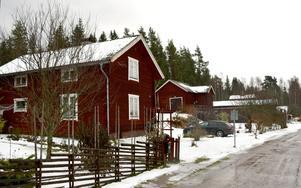 Präst-Olles är en av de gamla genuina gårdarna i byn Skogen, som nu kan komma att byggas ut med bostadsrätter i skogen ovanför den gamla bebyggelsen och