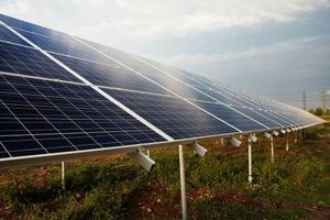 Solelspanelerna uppförs i området vid Torphyttan nära riksväg 50 utanför Lindesberg.