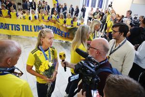 Julia Roddar pratar med media när damlandslaget i fotboll anländer till Landvetter efter att ha erövrat en bronsmedalj i VM.