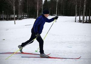 Mats Ågren på tur i Bondsjöhöjdens skidspår i Härnösand. Att spåren prepareras så långt in i april är rekord.