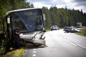 Debattörerna skriver att det finns en risk för trafikolyckor då flera kurvor i det svenska vägnätet är felutformade. Foto: Hans Runesson/TT