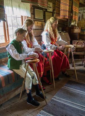 """""""Det är en rolig hobby och  en fin tradition"""" säger Erika Borbos som är glad över att barnen Isaac och Alicia också lär sig göra hårarbeten."""