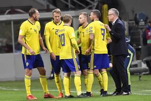 Sveriges förbundskapten Janne Andersson diskuterar med spelarna under VM-playoffen mot Italien. Bild: Jonas Ekströmer/Bildbyrån.
