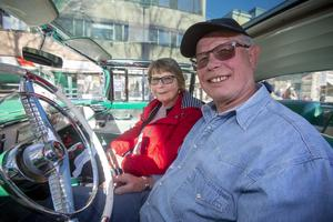 Jeanette Åkerblom och Björn Jansson, Karlholmsbruk har kommit till Gävle för att delta i cruisingen i en Mercury Montclair Sun Valley av årsmodell 1955. Sun Valley för att den har glastak.