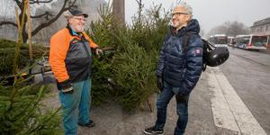 Under alla år som Mats Rensmo sålt granar i Örebro har Göran Sannander varit en av hans kunder. När Göran fick reda på att den här vintern blir Mats sista gav han honom choklad, som tack för alla år.
