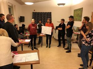 Foto: Gabriel Liljenström.  För att nå Väddö-borna har eventet marknadsförts på Facebook, och så har affischer satts upp på Ica och biblioteket.