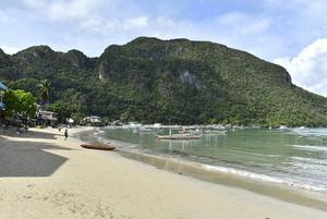 El Nido har en strand som vissa tider på dagen är fridfull och bjuder in till bad.   Foto: Anders Pihl
