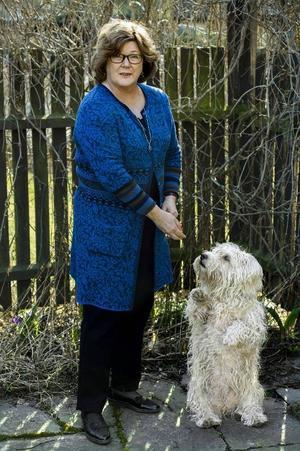 Majgull Axelsson, här med hunden Molly, minns romerna som kom till Nässjö på 1950-talet: