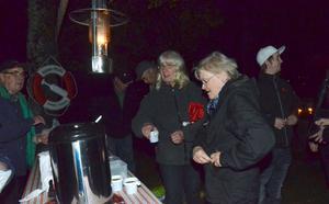 Kaffe var eftertraktat. Bruksföreningen kokade 80 koppar inför ljuskvällen. Hade säkert behövt koka ett tiotal till för att förse alla kaffesugna.