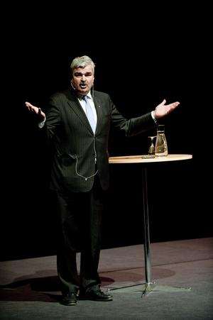 I klistret igen. Socialdemokraternas partiledare Håkan Juholt är åter ifrågasatt internt.