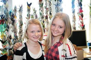 Ella Boäng, till vänster, och Emilia Wedmark, till höger, får följa med på prisutdelningen i Stockholm.