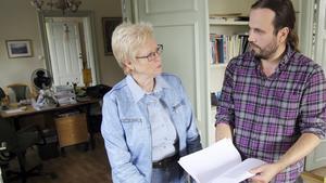 Förra hösten överlämnade Markus Nyberg protestlistor kring vindkraft i Odensvi  till kommunstyrelsens ordförande Elizabeth Salomonsson.