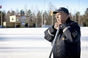 Nästa vecka hoppas Bengt-Arne Johansson att slitgörat med att spola upp bandybanan är klart.