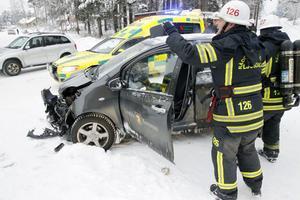 Båda bilarna fick omfattande materiella skador efter kollisionen.