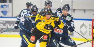 Anthon Eriksson hade det tufft framför BIK-målet.