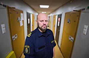 Kommissarie Lars Jansson vid polisen i Västerås. Här vid dörren till en av polishusets så kallade fylleceller.
