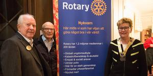 Sven Berg, Håkan Hall, sekreterare, och Karin Wallin, president, Nykvarns Rotaryklubb