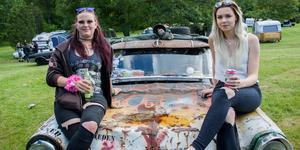 Karin Bengtsson och Julia Eriksson är bland de första på plats som ser fram emot årets stora bilträff.