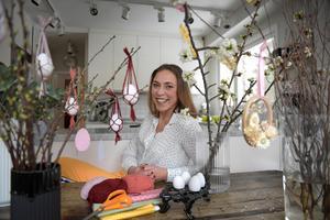 Kreatören Helena Lyth älskar att hitta på nya pyssel inför högtiderna. I år kom hon på att man kan göra miniamplar till äggen.Foto: Janerik Henriksson / TT