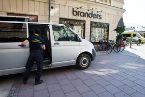 Polisens kriminaltekniker söker spår efter rånet mot rånet mot Branders ur och guld. Bild: Sofie Wiklund