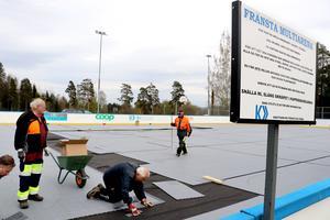 Under veckan har Kraftsamling Fränstas medlemmar tillsammans med leverantören och elever från Fränstaskolan  jobbat med att lägga om golvet på Kraftsamling arena.