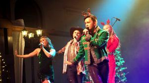 Olivia Lorentz, Christofer Nilsson, Nils Axelsson och Hanna Ingesson i Christmas Spectacular. I en övergång avslöjade Nils för övrigt att han ska fira jul med familjen i Hedesunda - inte helt oväntat. Här i kitsch-numret.