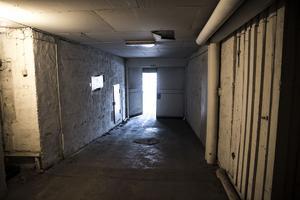 Garaget kan inte nås från insidan av huset, man måste låsa upp en port (rakt fram i bilden) från utsidan för att få tillgång till det.
