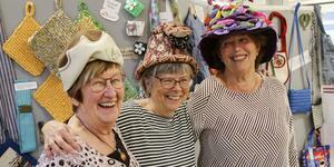 Eivor Comén, Siv Gahlin och Karin Rickardsson i varsin kreativt hatt, alla tillverkade av återbrukat material.