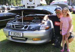 Marcus Bertilsson och Melina Bertilsson från Ockelbo var på plats. – Jag har haft den här i tio år, det är en fin bil, säger Marcus om sin Saab 9-3.
