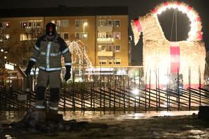 Gävlebocken står kvar än. Men en minibock började brinna en bit nedanför under fredagskvällen. Bild: Roger Nilsson/Gävle News