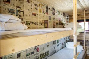 Kaj Utter har snickrat våningssängar och tapetserat väggarna med tidningssidor från Sundsvalls Tidning.