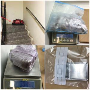Väskan stod innanför ytterporten till trapphuset och innehöll cannabis i en större bit samt i portionsförpackade påsar. I väskan fanns även en våg.  Foto: Polisen