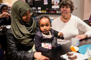Hodu Said Ahmed, dottern Bayan Qasem och Iréne Svahn  tar en fika tillsammans och pratar.