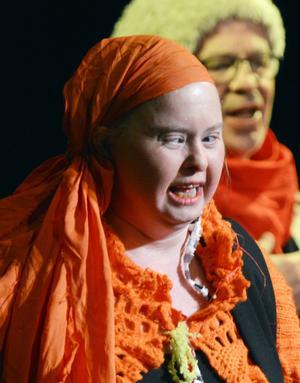 Sundsvalls och Ållateaterns egen Carmen, Lisbeth Östlund, sjöng med stor inlevelse under Teaterkvarterets invigning.