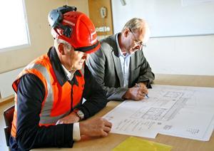 Skanskas Stefan Canderyd och kommunens Gunnar Mellquist skriver på avtalet, som gör att ombyggnaden kan starta.