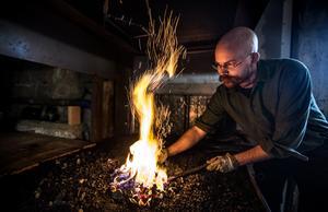 Andreas Lundin värmer järn som ska formas.