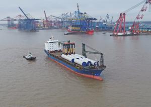 De två grensletruckarna är placerade på ett fraktfartyg, som har lämnat Shanghai. Foto: Stockholms Hamnar