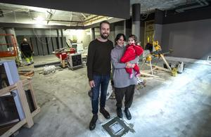 Han har vunnit Årets kock 2017, Johan Backéus hon kommer från Spanien, Birgit Malmcrona. Tillsammans så öppnar de deras dröm – Naturaj i Sundsvall.