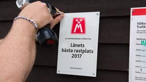 Nu finns ett plakat uppe på Högsjön rastplats som talar om att den är den bästa rastplatsen i länet 2017.