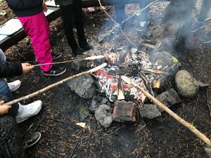 Början på skoldagen ute i skogen: Grillning av pinnbröd.
