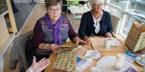 Anita Andersson och Inga Jansson är nyfikna på den papperspåse som Telge återvinning testar i tre utvalda områden i Södertälje kommun.