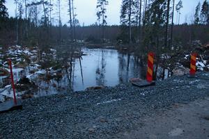 Här rinner Gessån, fiskarna har haft det svårt att passera vägen som går över ån men nu blir det ändring på det.