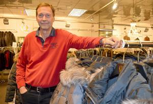 Lars Qwarnström har sålt ytterkläder sedan 1973, nu stänger han sin butik. Under åren har han upplevt att kvalitén på vissa märken blivit sämre och att storlekarna blivit mindre.