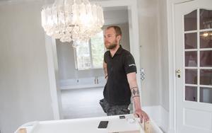 Tobias Andersson gillar att ha något att göra. Och huset på Lynäsvägen kommer att hålla honom sysselsatt länge framöver.