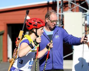 Juli 2015 på Östersunds skidstadion: Wolfgang Pichler har just börjat sin mödosamma väg mot skapandet av ett nytt svenskt skidskyttelandslag. Här skickar han iväg Mona Brorsson på en träningsrunda.